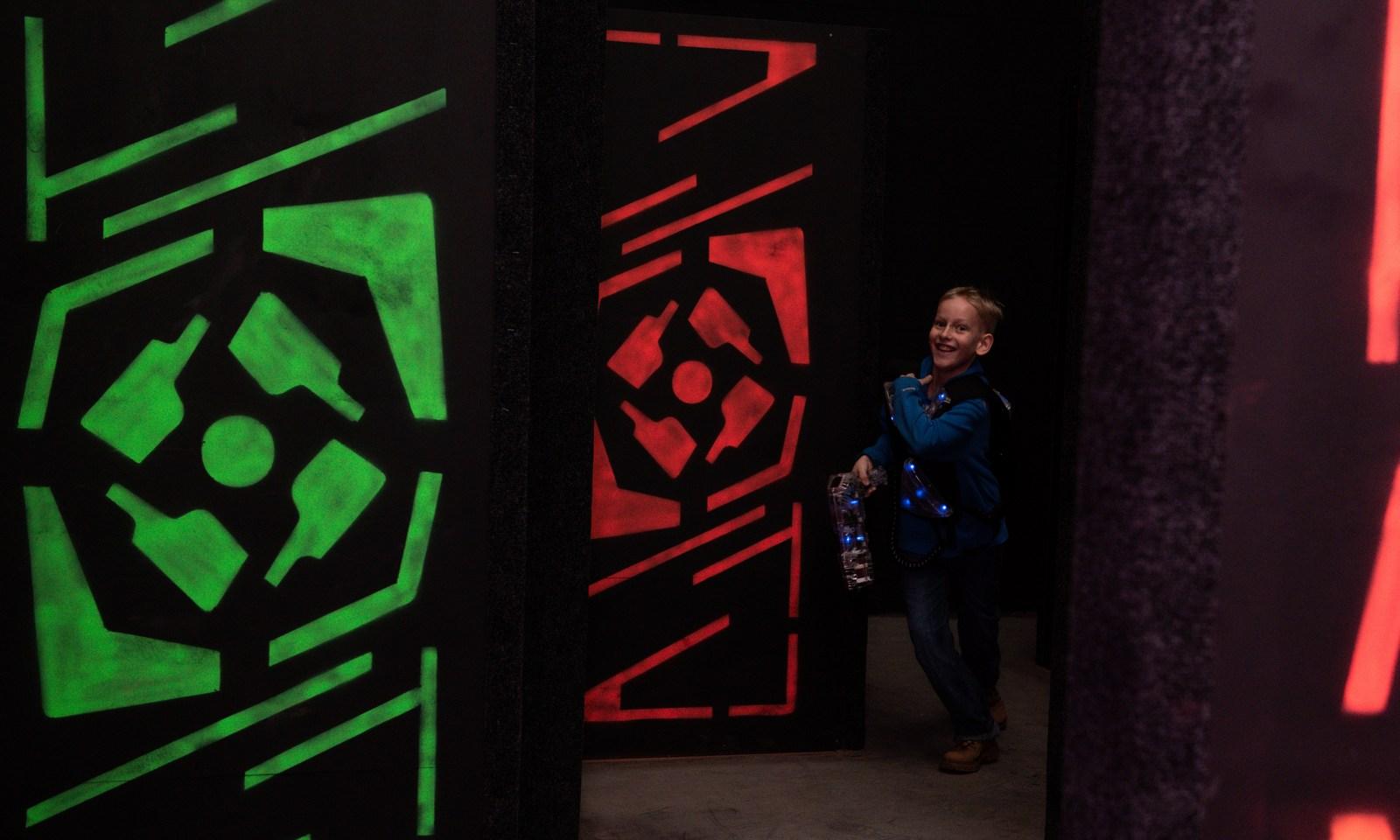 мальчик, школьник, лазертаг, петрозаводск, лазер лэнд, лазерленд, лазерлэнд, laserland, играют в лазертаг