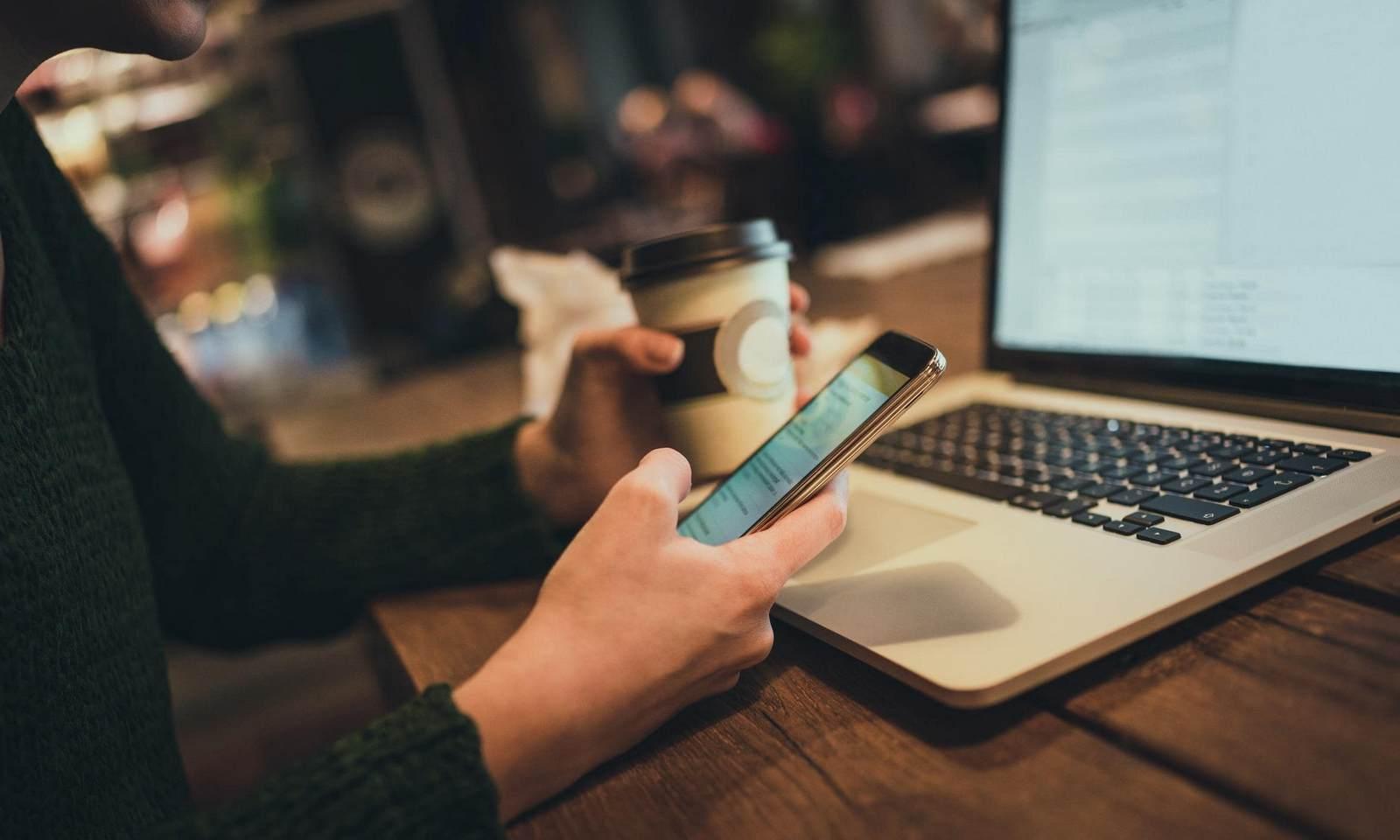 парень со смартфоном, работа, ноутбук, кофе, работает, ростелеком, малый бизнес, средний бизнес, сервисы для бизнеса, предложения, виртуальная атс, видеонаблюдение, wi-fi, вай фай, офис, петрозаводск, услуги