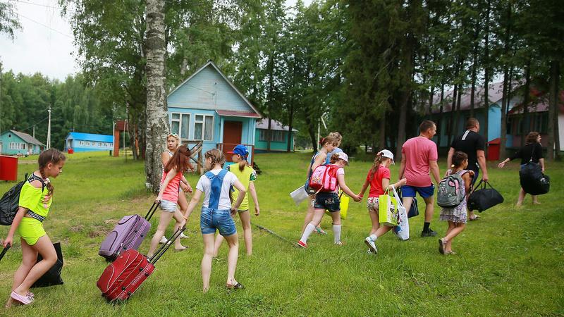 дети идут в детский лагерь