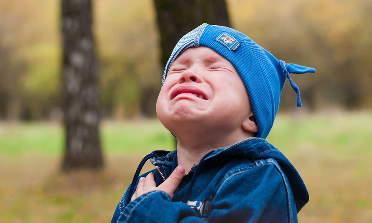 мальчик плачет на улице
