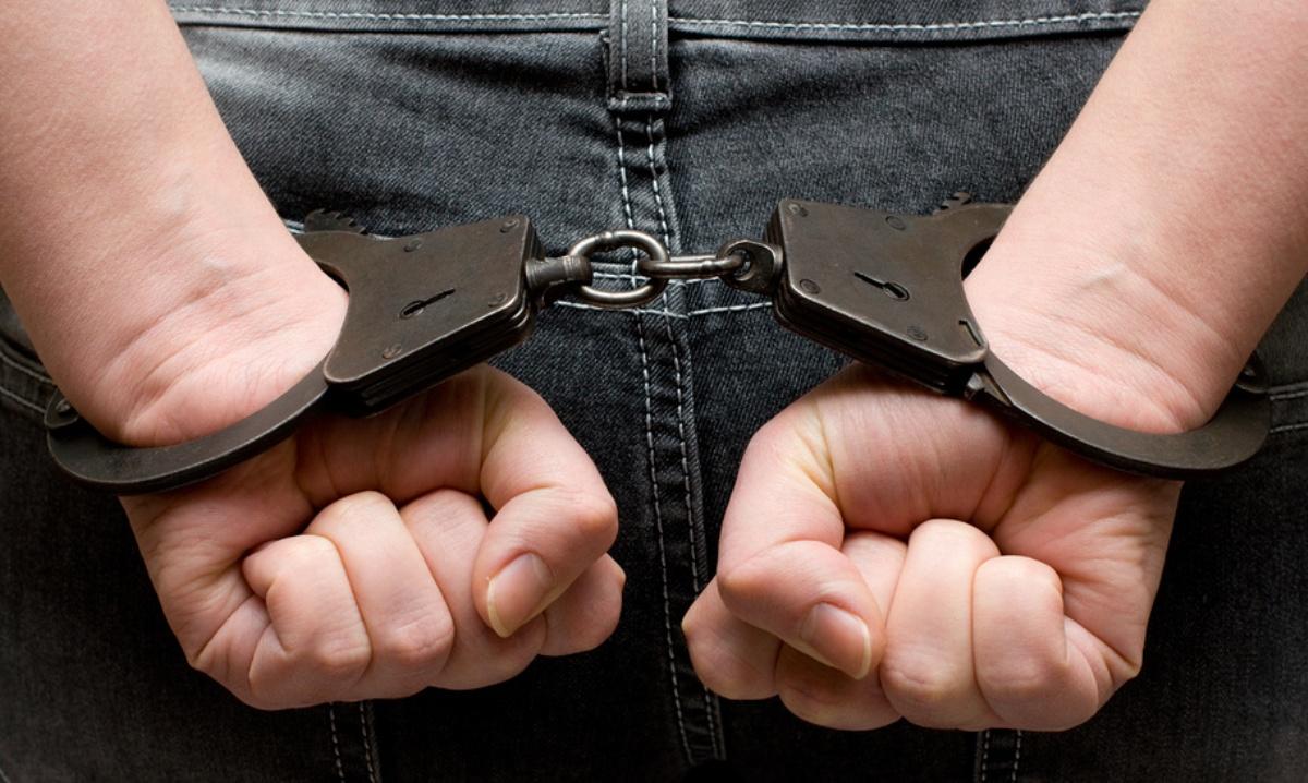 две мужских руки в наручниках