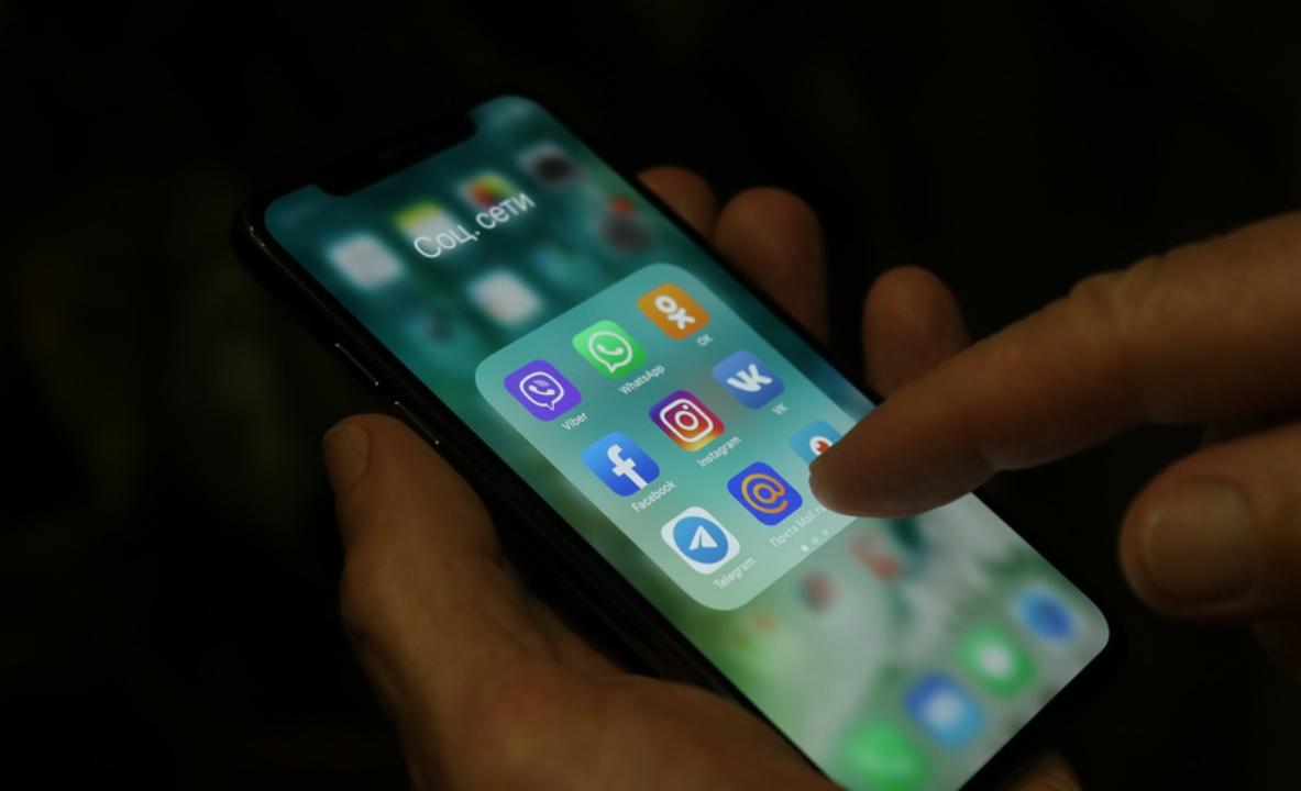 светящийся экран телефона в темноте