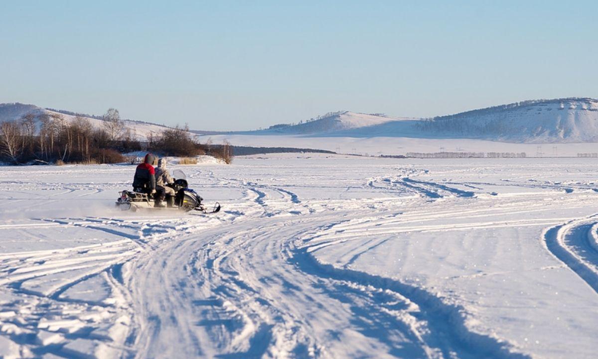 снегоход на озере