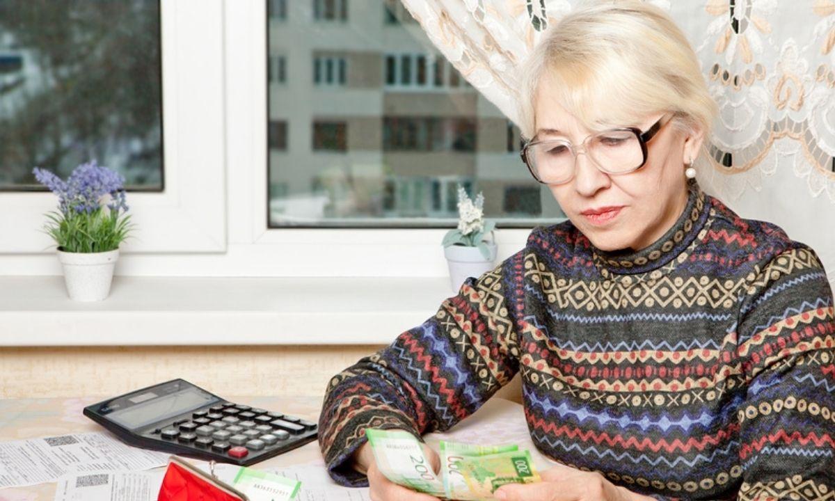 женщина смотрит квитанции ЖКХ
