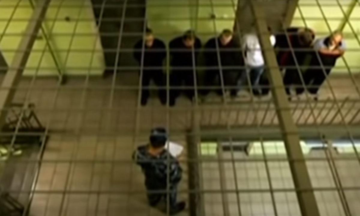 Заключенные на построении в тюрьме