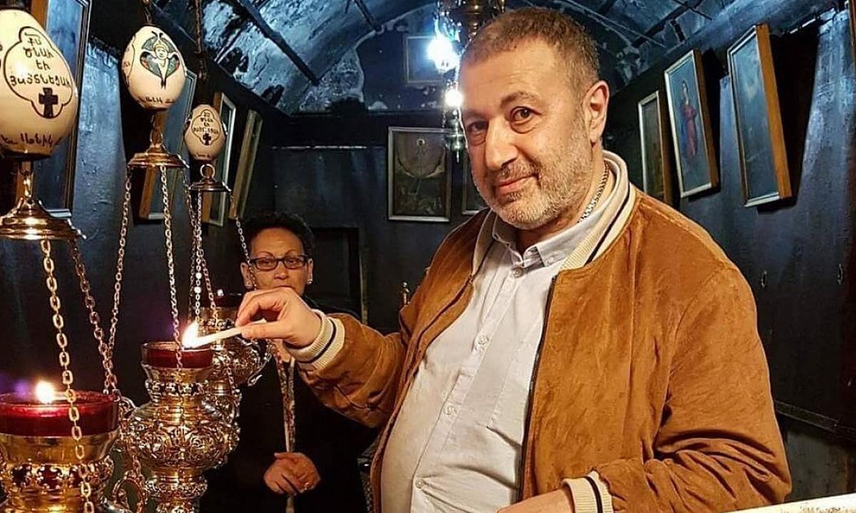 Хачатурян в церкви со свечой