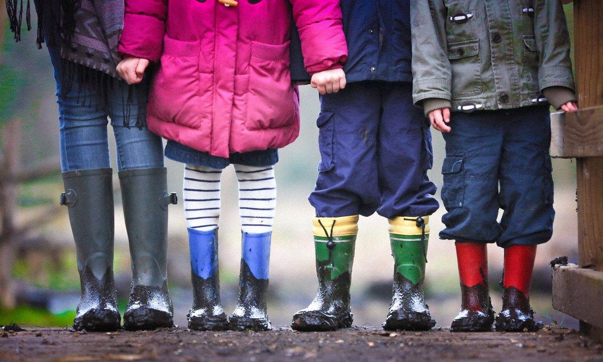 дети стоят в сапожках