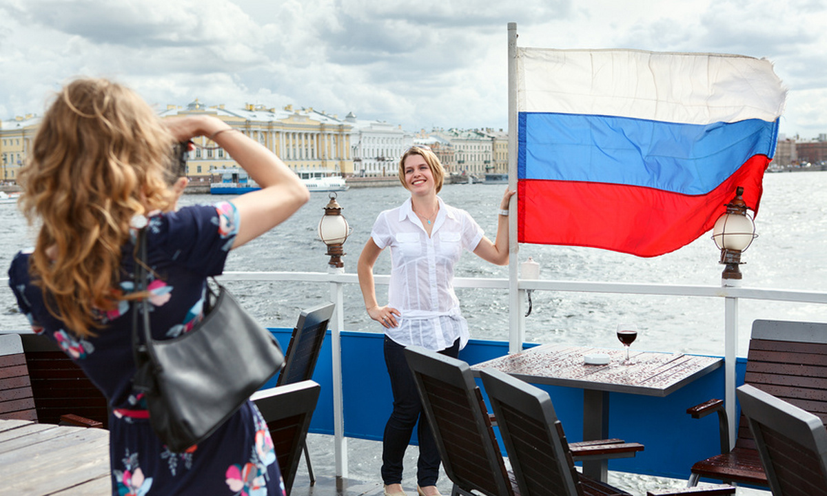 девушки на фоне российского флага