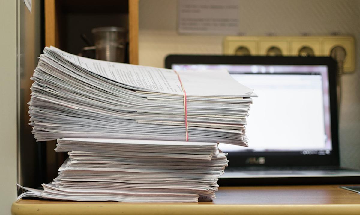 стопка медицинских документов в больнице