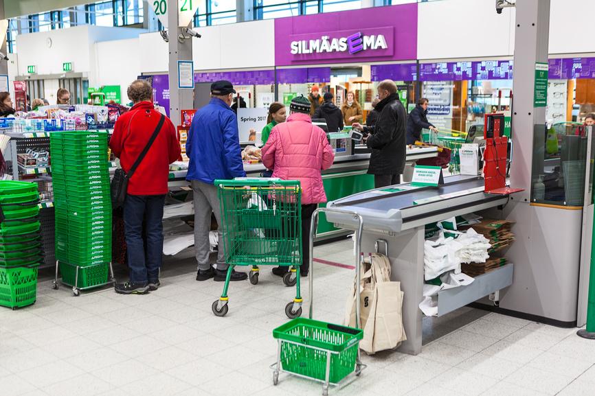 люди стоят в магазине в Финляндии
