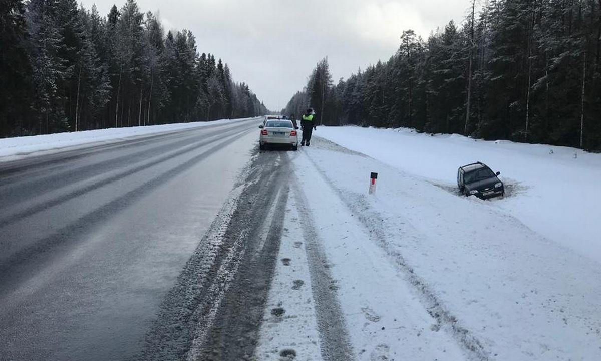 автомобиль перевернулся на трассе в Карелии