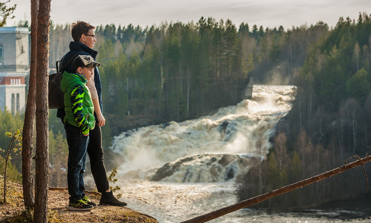 туристы любуются на водопад