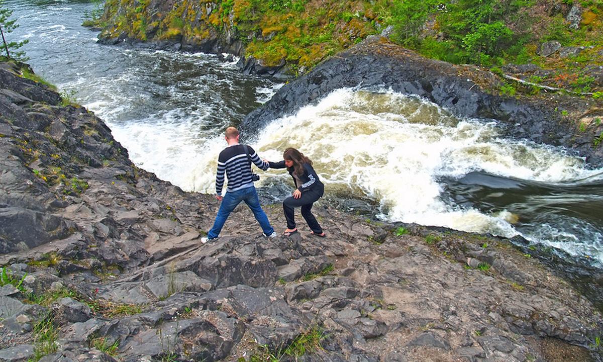туристы на водопаде Кивач
