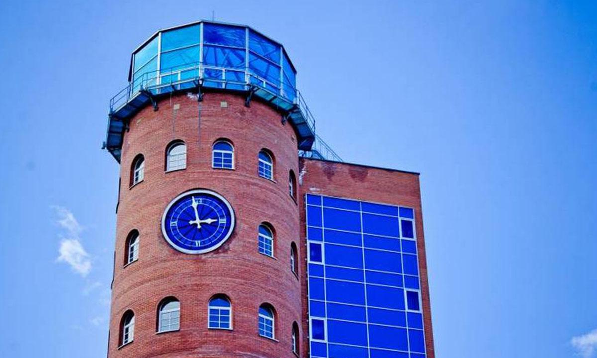 Башня с часами Кондопога. Кирпичное здание с голубой крышей