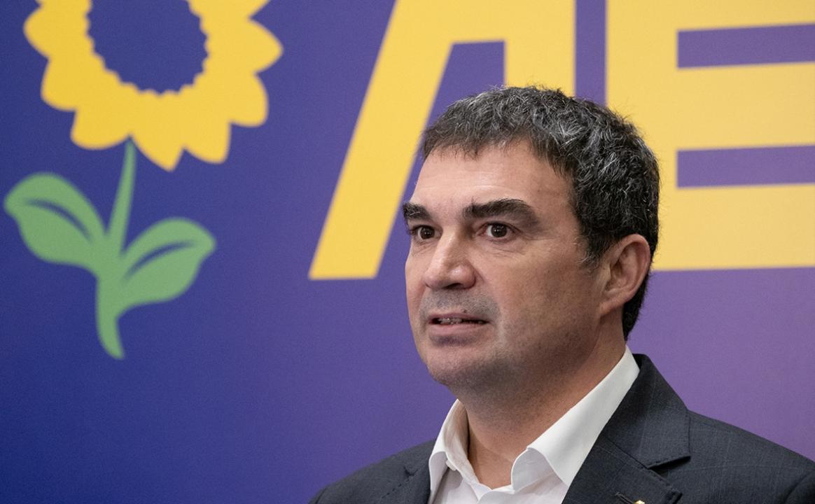 Мужчина с черными волосами на фиолетовом фоне