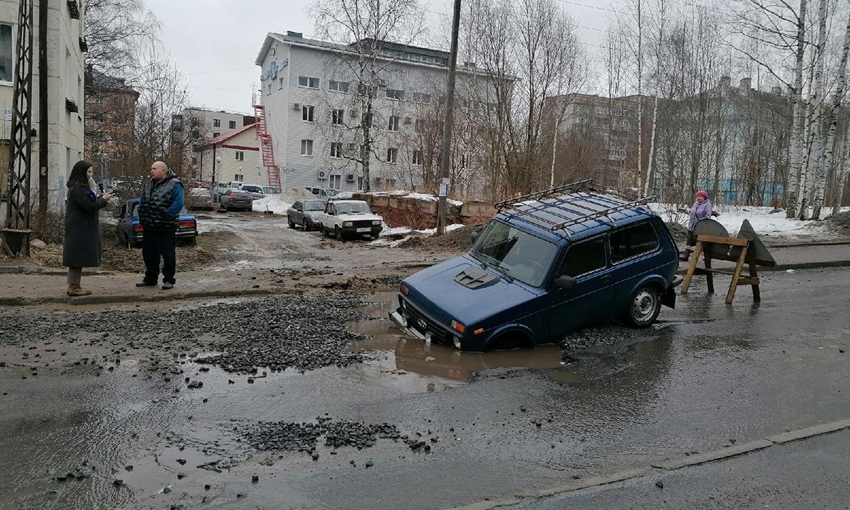 машина провалилась под асфальт в Петрозаводске
