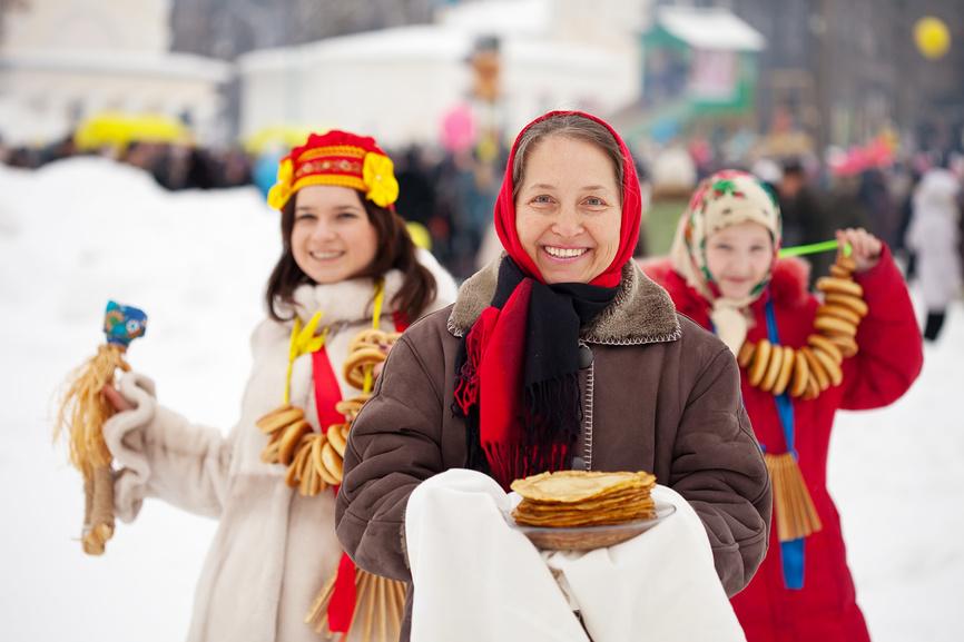 Женщины с блинами на празднике Масленицы