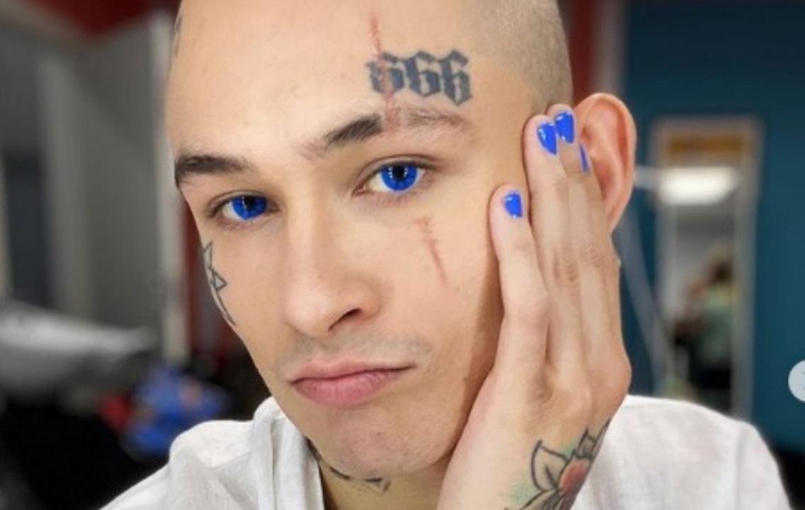Мужчина с яркими синими глазами