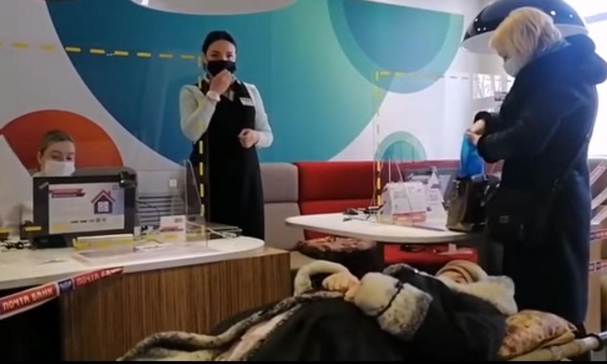 """пенсионерка на носилках лежит в отделении """"почта банка"""""""