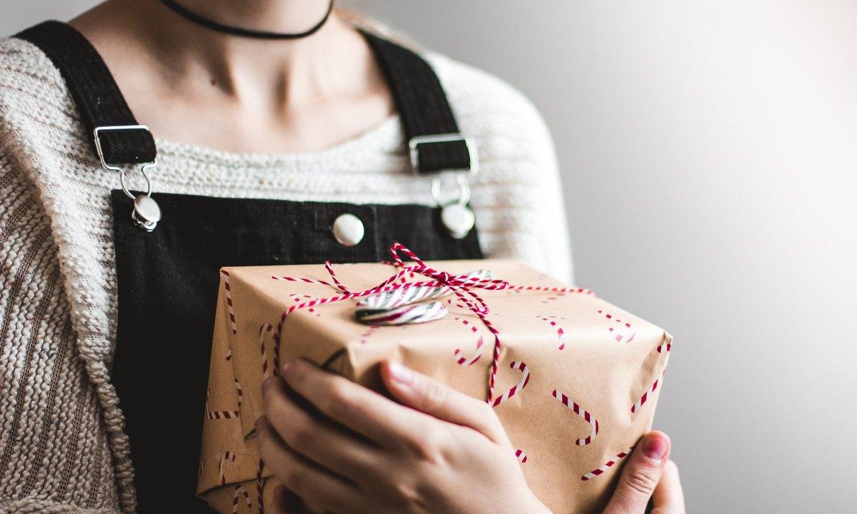 женщина держит подарок в руках