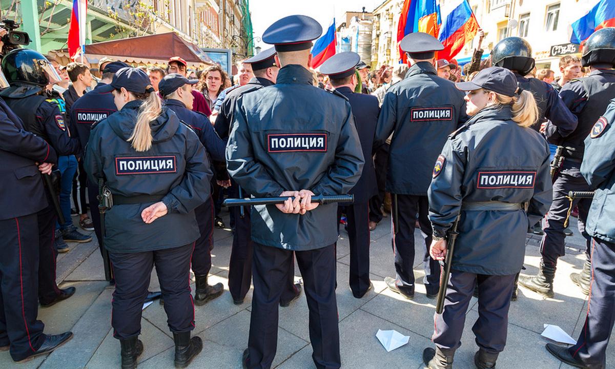 полиция стоит на митинге