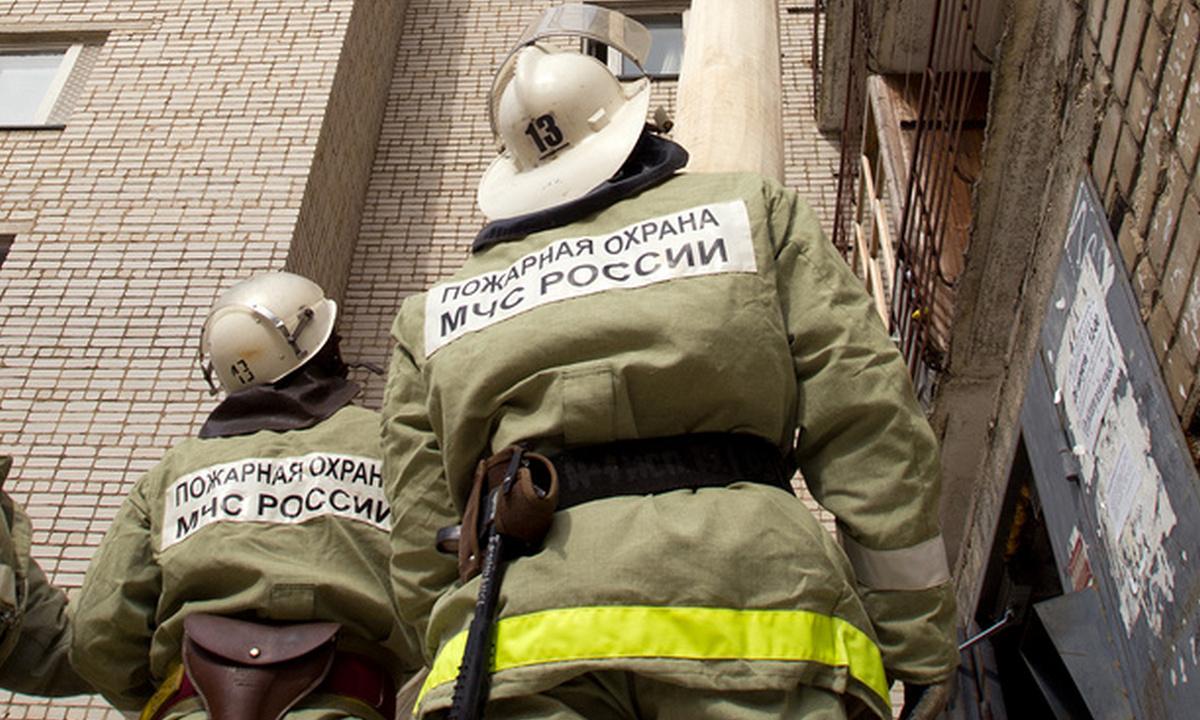 пожарные с вышкой на пожаре