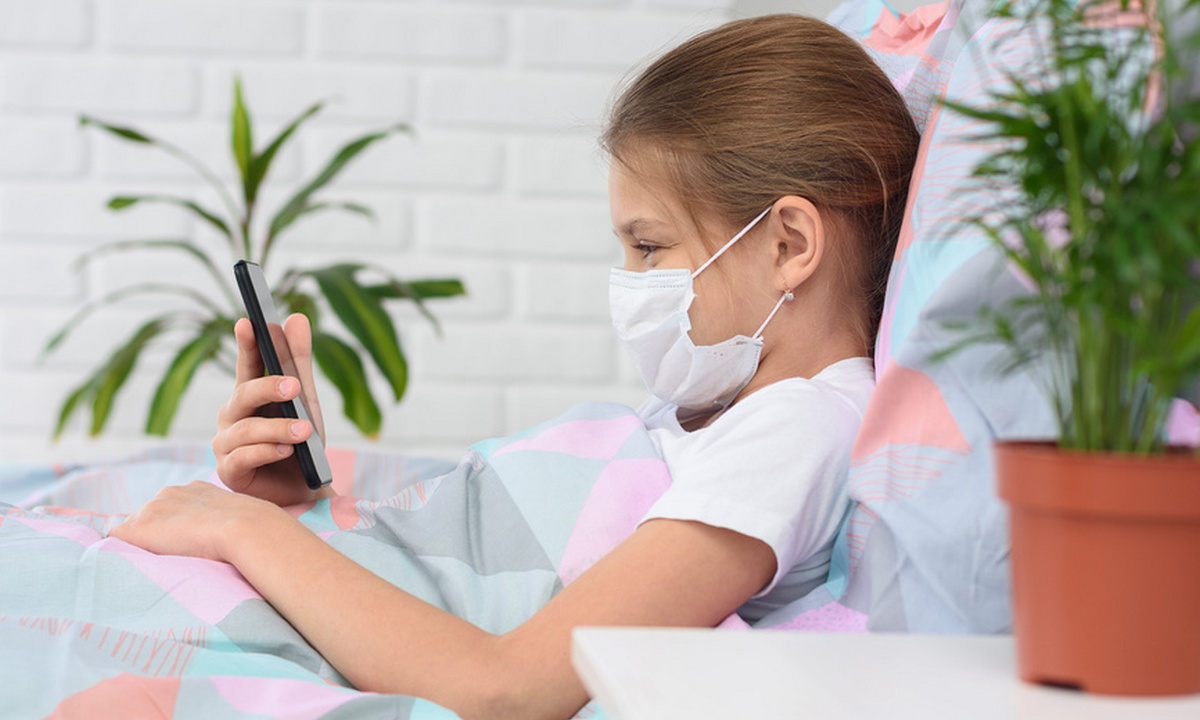 больная девочка лежит на кровати