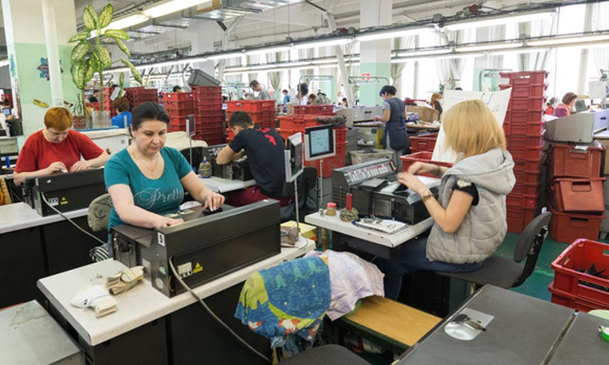 Женщины за работой на швейном производстве