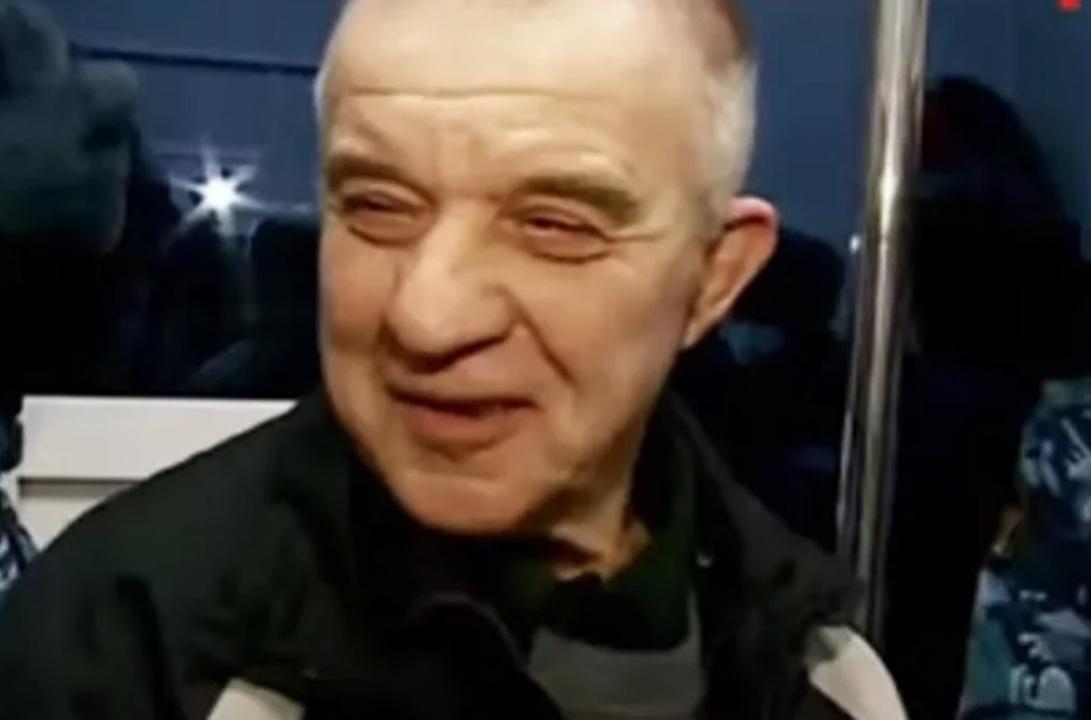 Пожилой мужчина улыбается в камеру