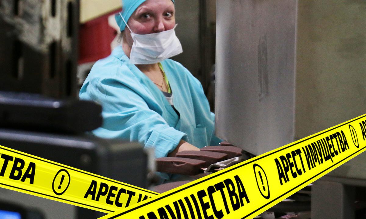 """Женщина на производстве мороженого, желтая лента с надписью """"арест имущества"""""""