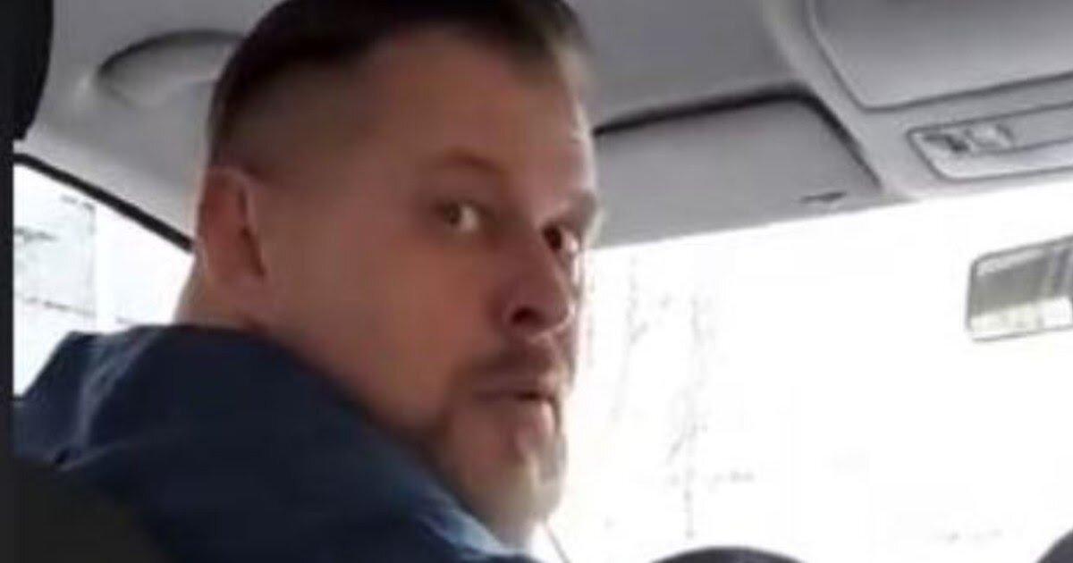 Голова мужчины с бородкой вполоборота
