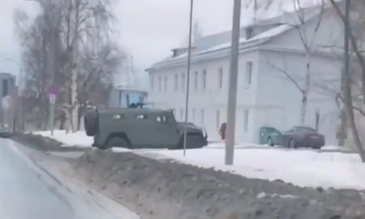 броневик с пулеметом на улице Петрозаводска