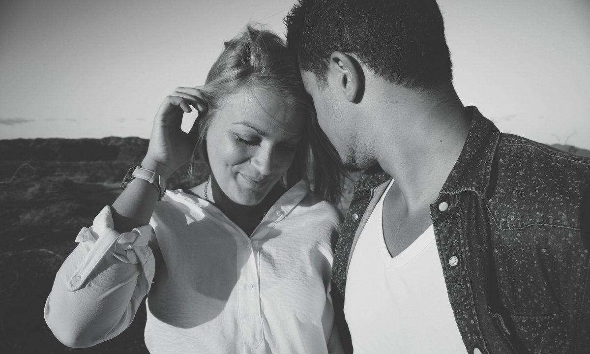 пара обнимается романтично