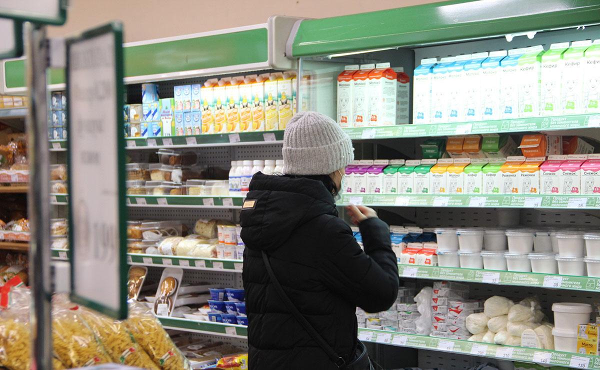 Женщина смотрит на плавок в магазине