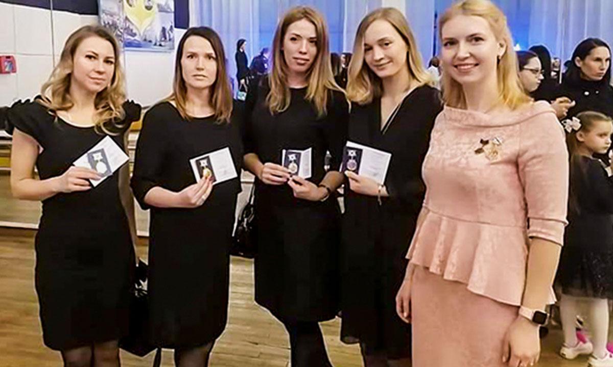 """В России учредили награду """"Заслуженная жена"""""""