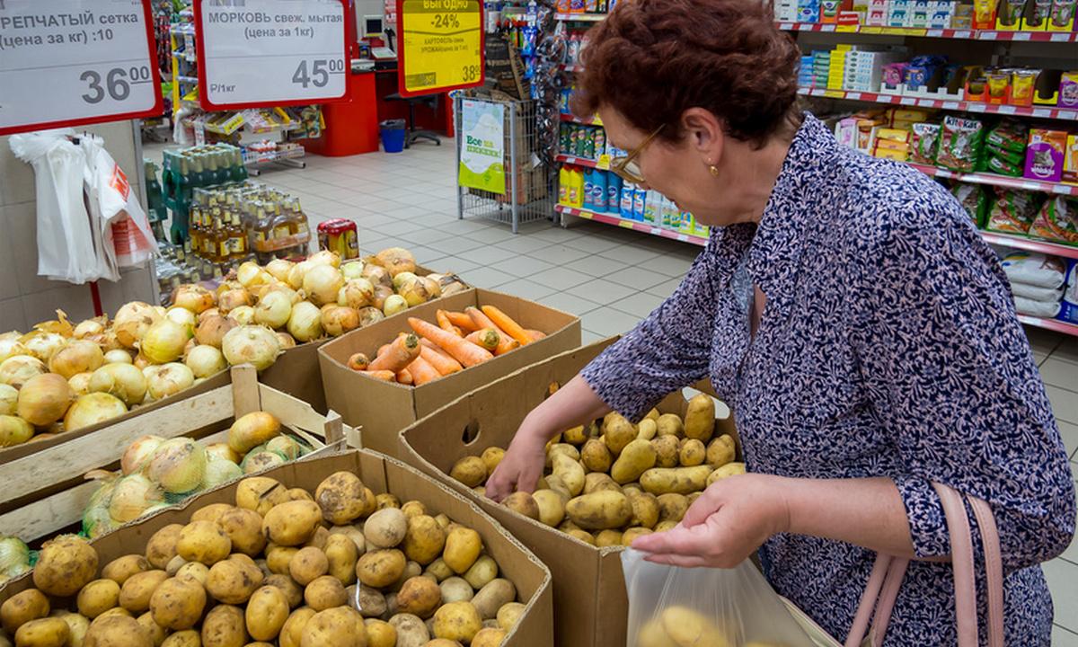 пожилая женщина в магазине