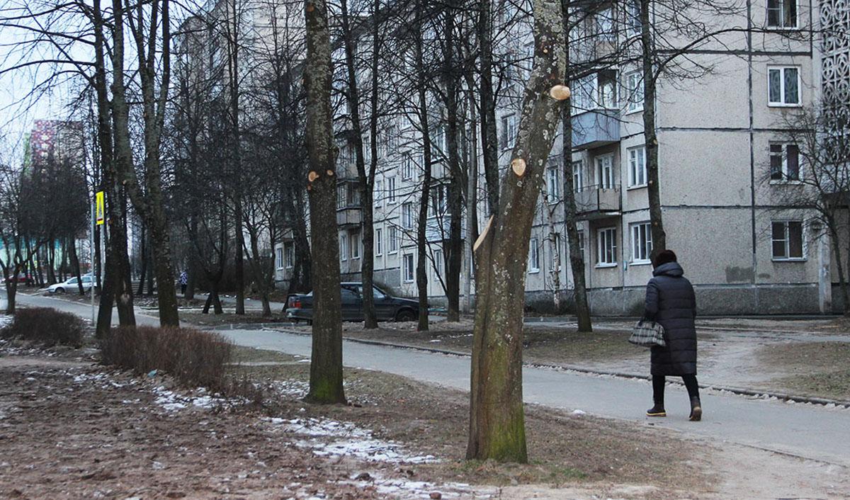 Женщина идет по улице