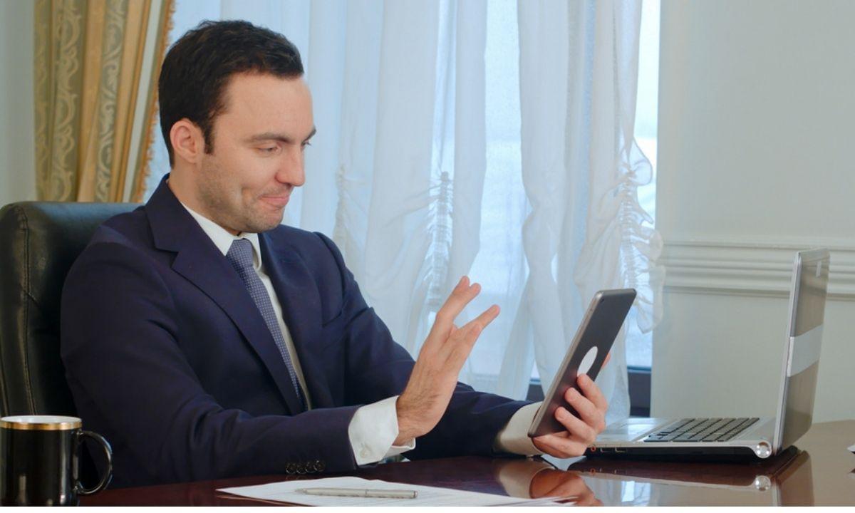 видеосвязь мужчина общается