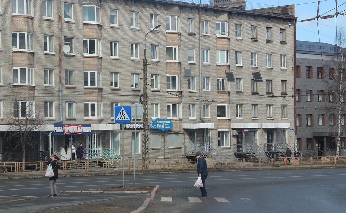 Дом и люди, идущие по улице