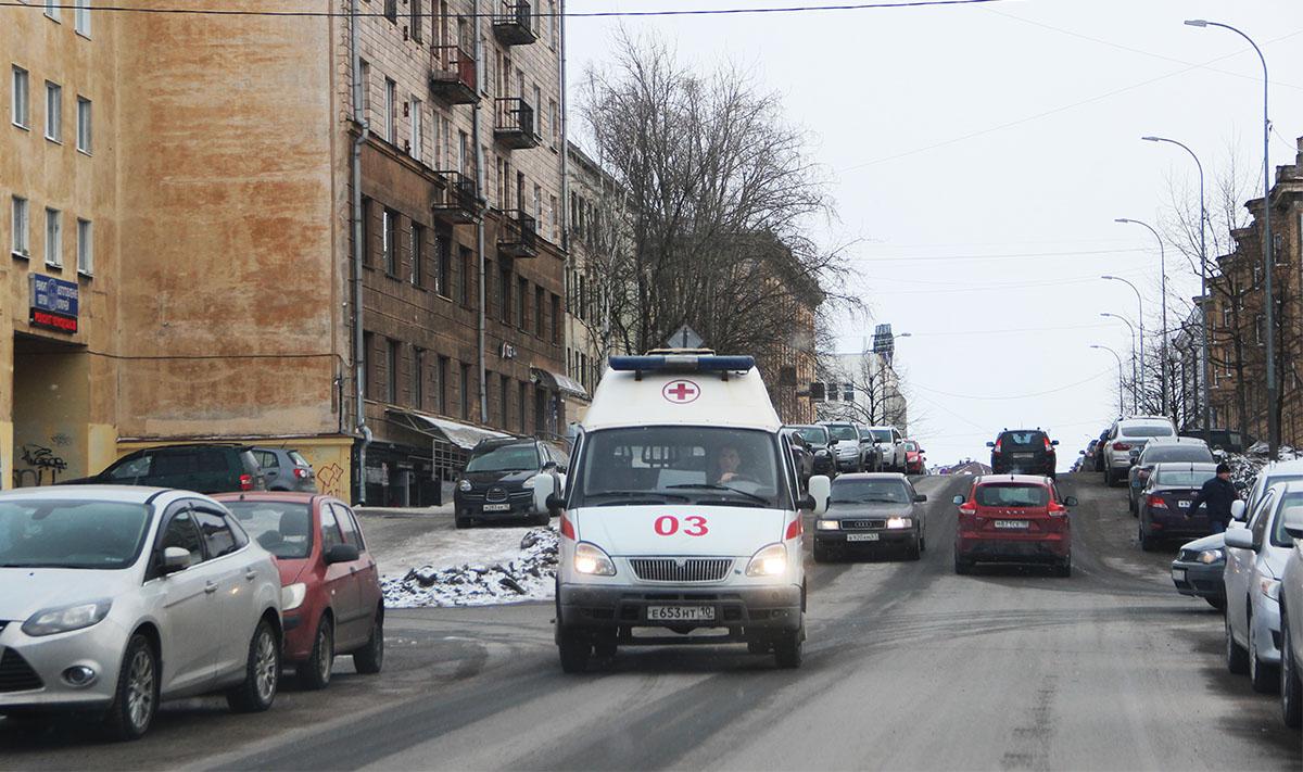 Машина скорой помощи едет по улице