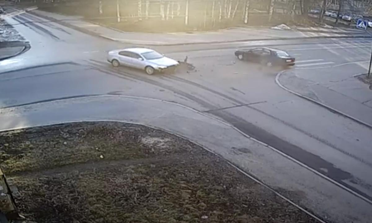машины столкнулись на перекрестке в Петрозаводске