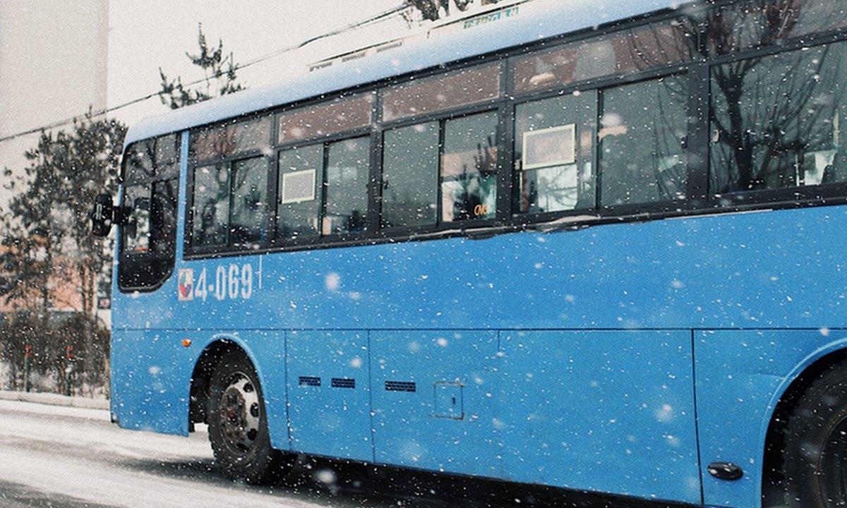 автобус едет по снегу