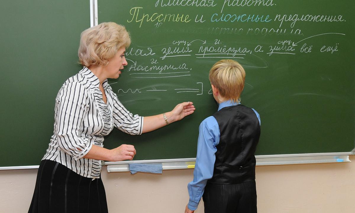 ребенок у доски в школе