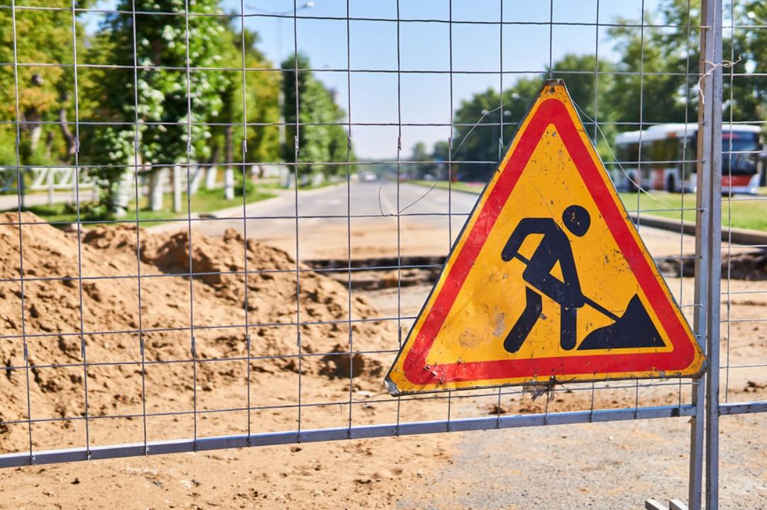 Дорожный знак о ремонте дороги и сетка