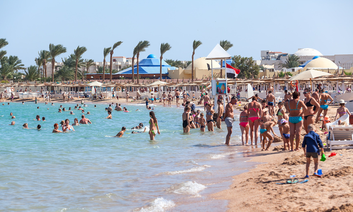люди отдыхают на пляже в египте