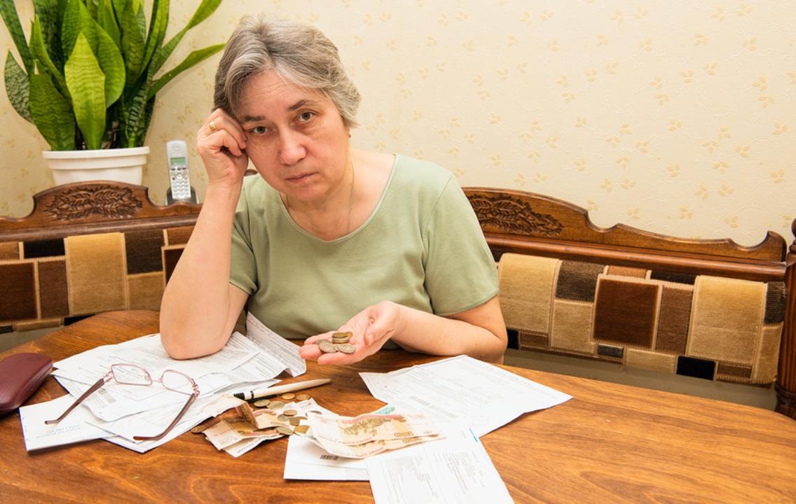 Женщина рассматривает счета за ЖКХ