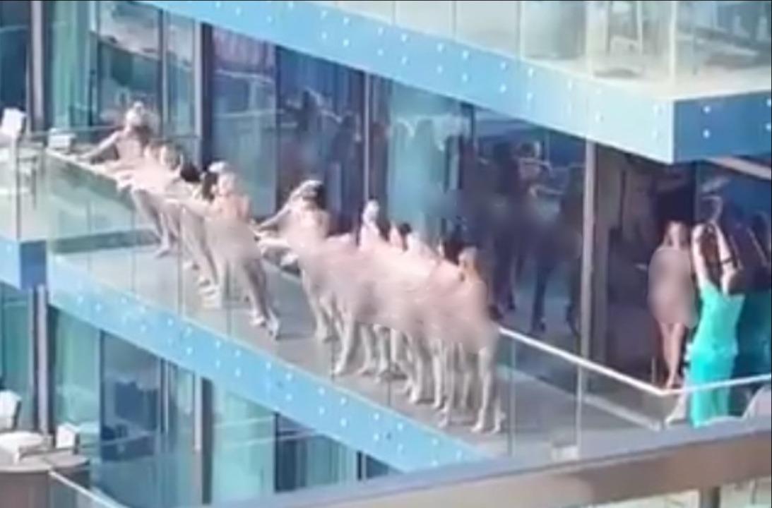 Несколько обнаженных девушек фотографируются на балконе