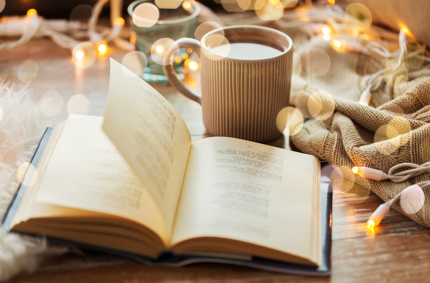 чашка какао и книга