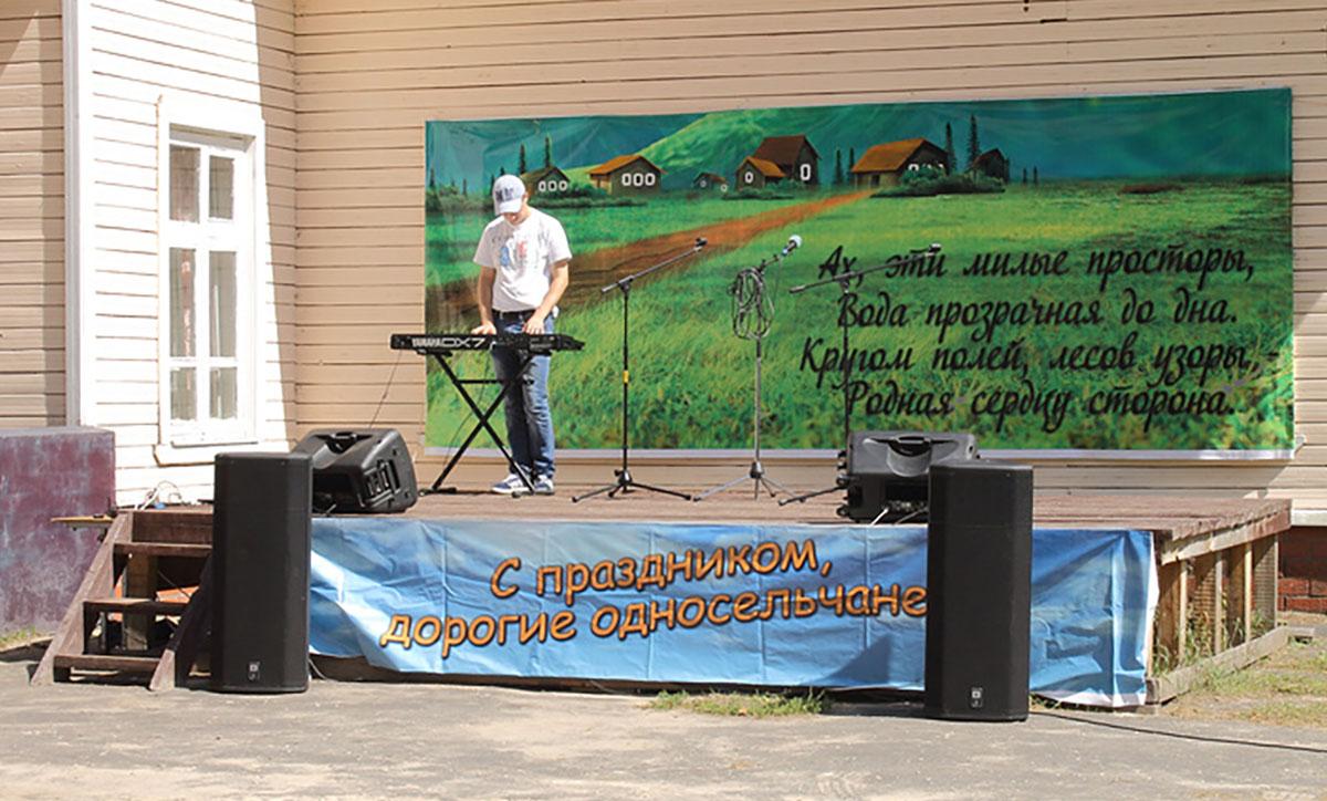 Мужчина играет на синтезаторе на сцене