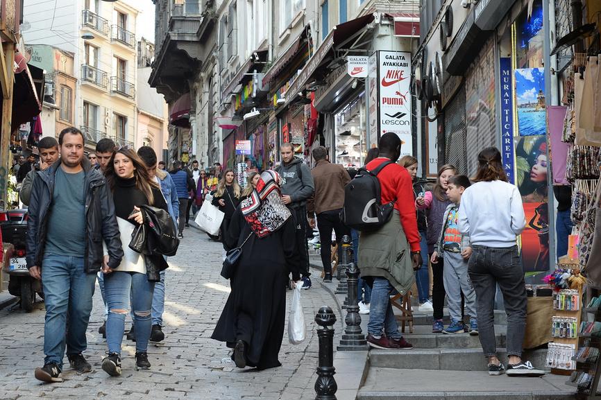 Туристы на улице в Турции